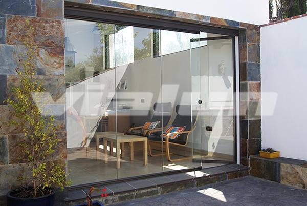 Puertas y cortinas de cristal vialun for Puertas para terrazas